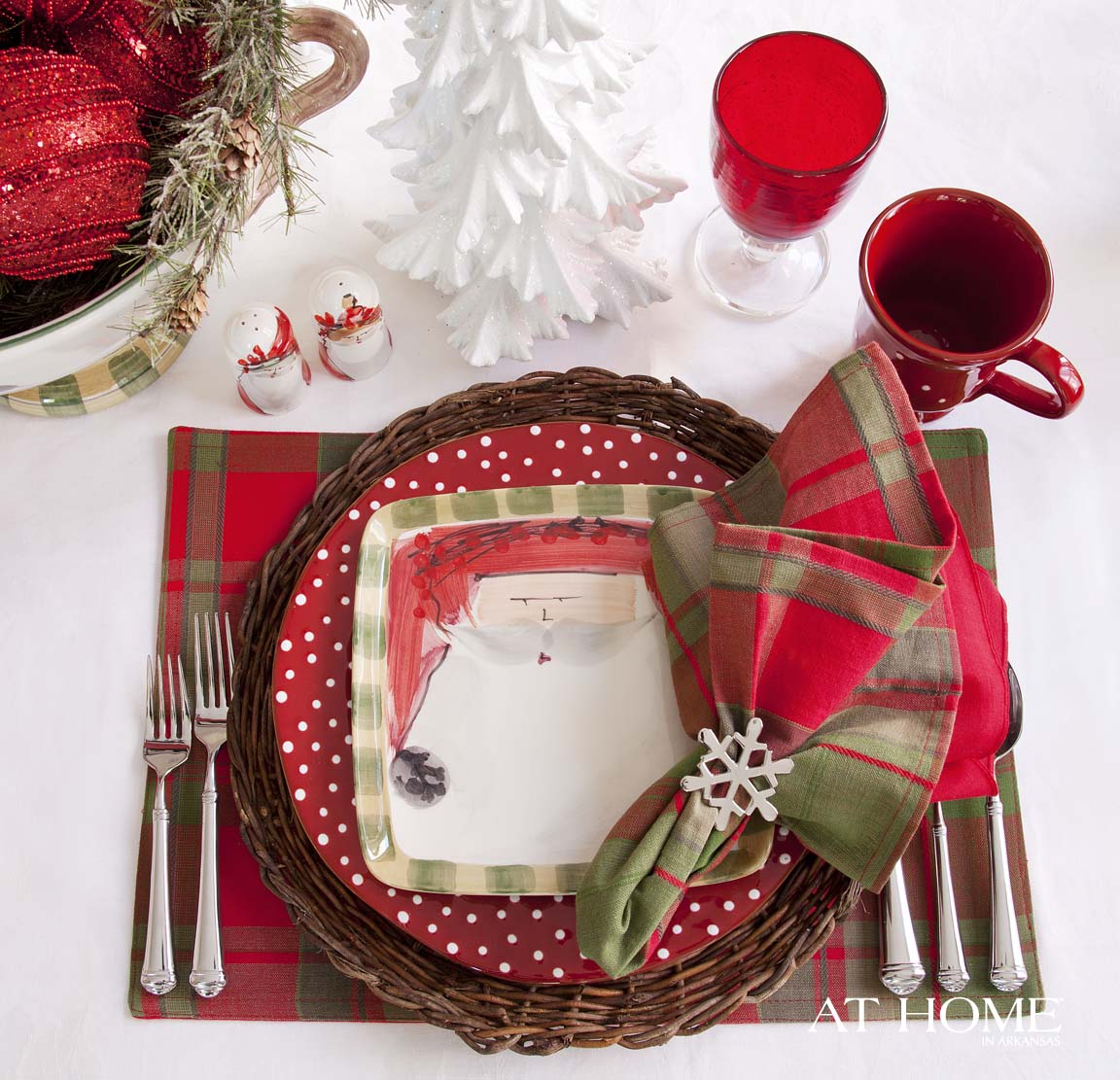 Set the table in seasonal style - Interesting tables capes for christmas providing cozy gathering space ...